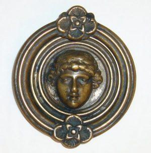 battiporta con viso femminile in ottone bronzato